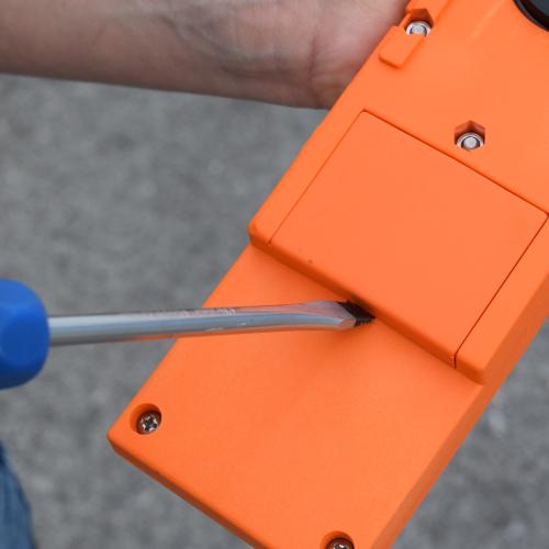 So öffnest Du das Batteriefach der CWC Waage.