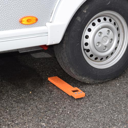 Die Waage wird eingeschaltet und vor dem Reifen platziert.