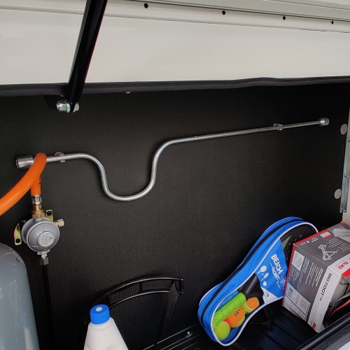 Die Stützkurbel findest du in der Regel im Gaskasten.